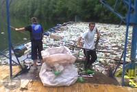 Prikupljanje otpada na jezeru - manuelno