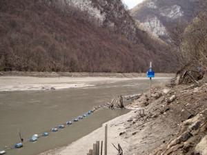 Pucanje gornje zaštitne mreže izazvano velikim dotokom vode i niskim vodostajem